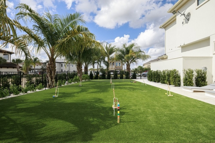 Outside you will find a private putting green for golf, bocce and croquet