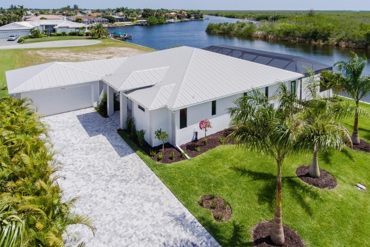 Located in Cape Coral, this villa is located in a quiet and private location