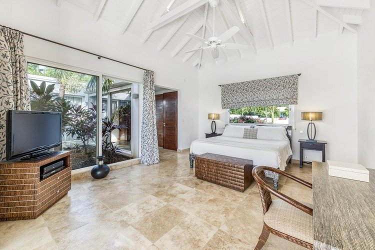 Villas in St Martin with large bedroom with king-size bed and outdoor access