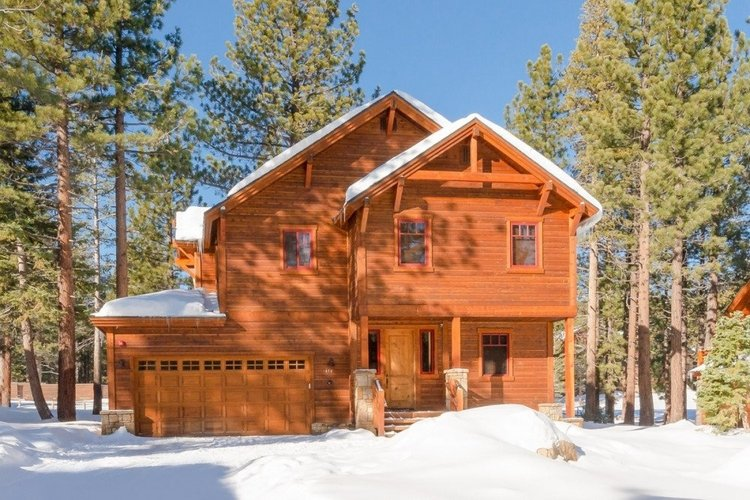 Mammoth Lakes 2 offers a cozy cabin rental in Mammoth Mountain ski resort