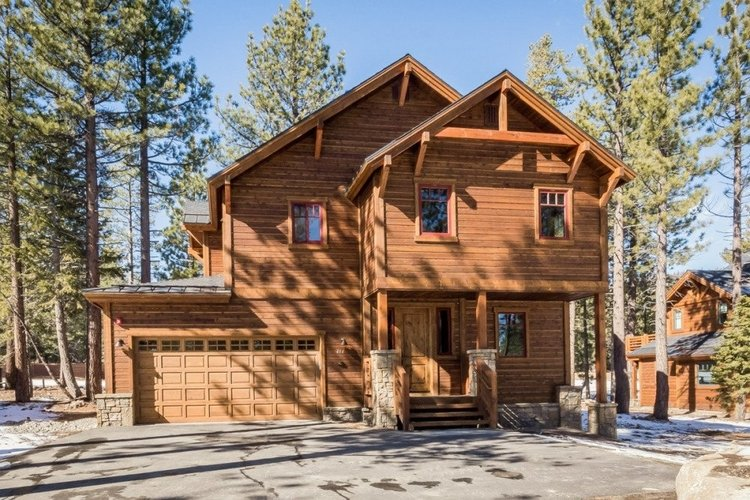 This huge cabins is a spacious alternative to a Mammoth Lakes Airbnb