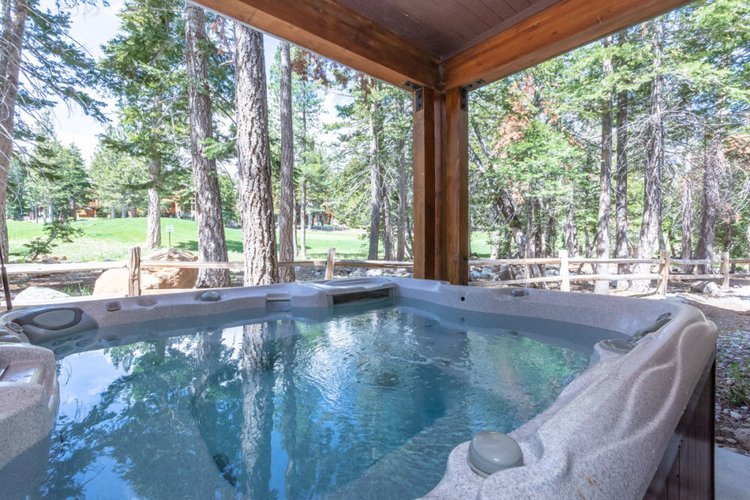One of the many Mammoth Lakes cabins with hot tub