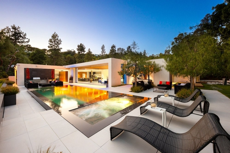 LA boasts some spectacular vacation homes. Enjoy one during your unforgettable road trip!
