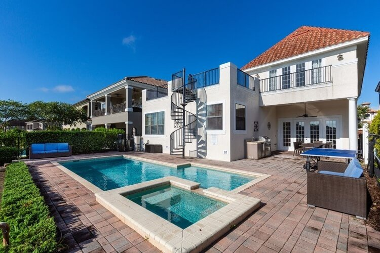 This villa has both a pool and a roof terrace, perfect for enjoying the Orlando susnshine