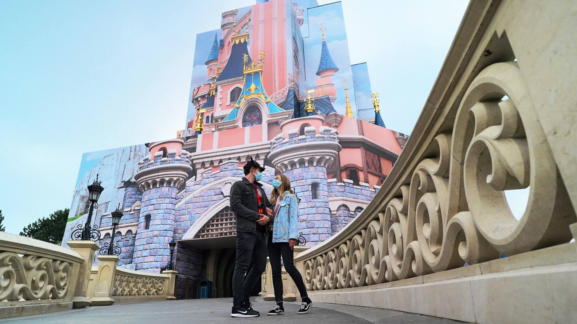 Yaz and Ash bring you the best gluten-free snacks at Disneyland Paris!